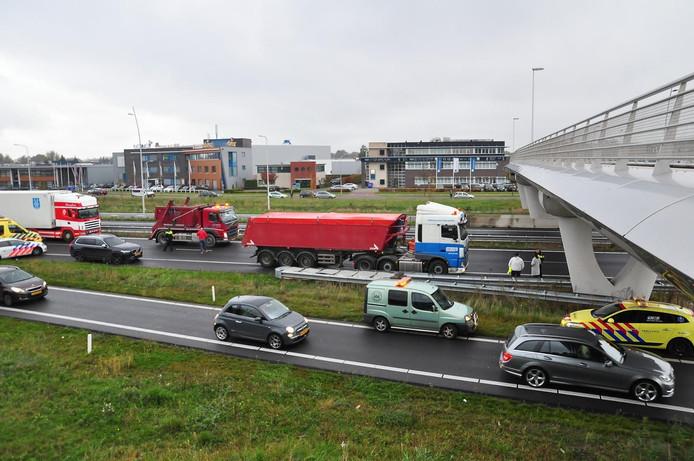 Het verkeer komt in een file terecht op de N261.