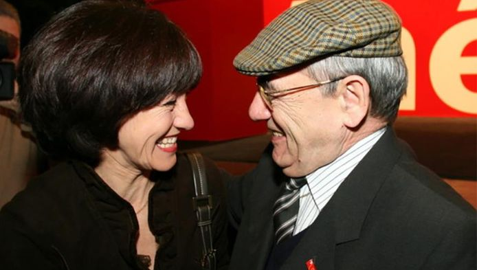 Laurette Onkelinx feliciteert haar vader Gaston op een PS-congres. Foto uit 2005.