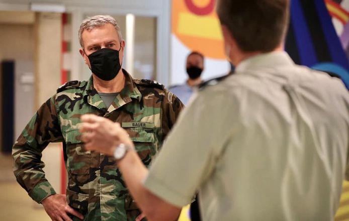 Tijdens zijn bezoek ging de commandant der strijdkrachten langs bij de militairen die nu werkzaam zijn in de strijd tegen het coronavirus.