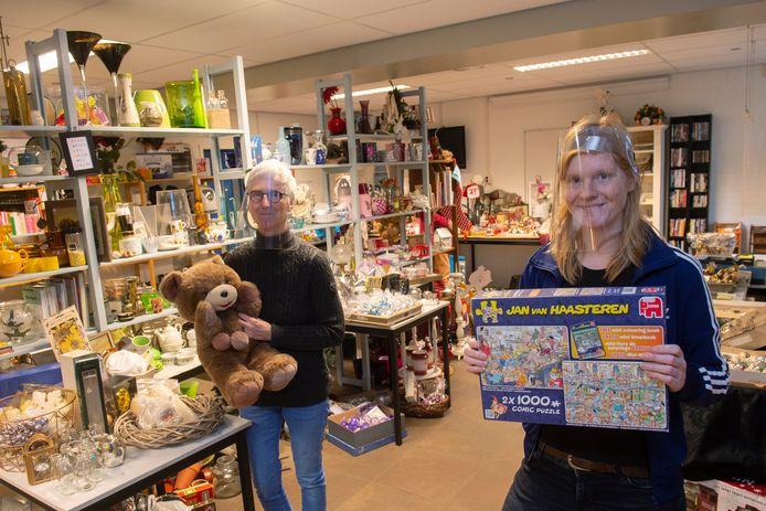 Nelly en dochter Maud de Boer helpen iedere vrijdag mee in de pop-upwinkel. Maud: ,,Ik sta meestal achter de kassa en mijn moeder is vooral spullen aan het bijvullen.''