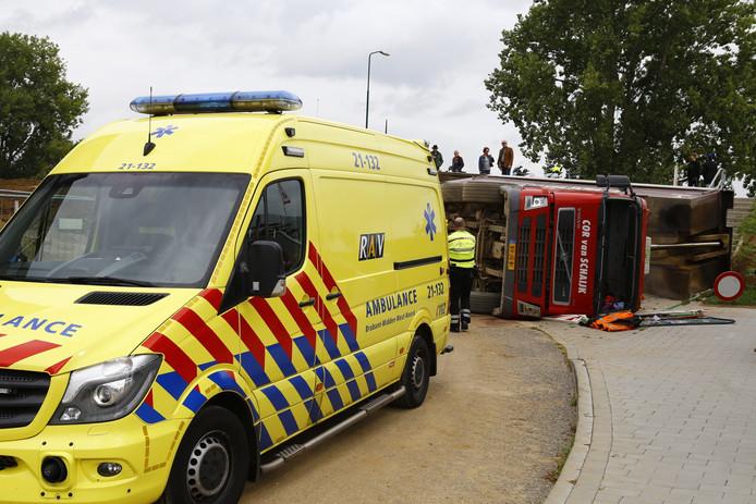 Ambulance in Cuijk na het incident met de gekantelde vrachtwagen.