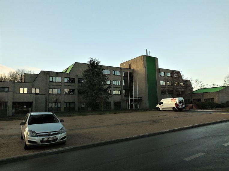 Het Rijksadministratief Centrum naast de RAC-parking in hartje Deinze.
