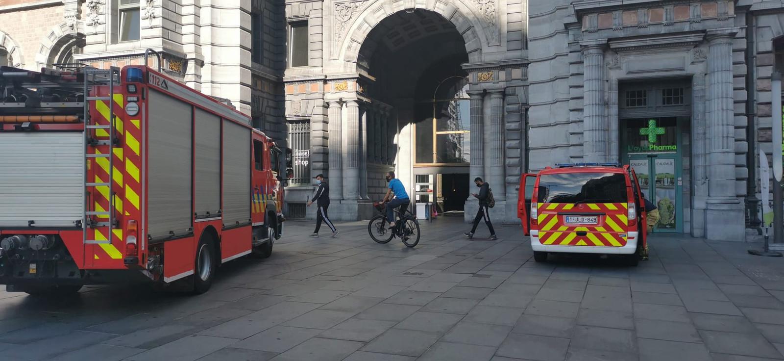 De brandweer kwam ter plaatse om de brand aan boord van een locomotief te blussen.