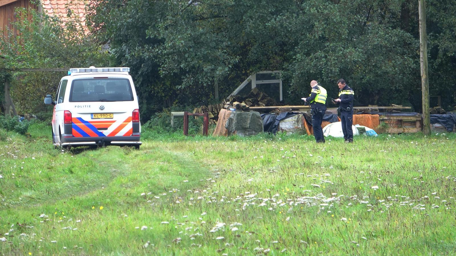 De politie doet onderzoek bij het huis waar de vader met de kinderen werden aangetroffen.