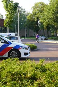 Fietser in Deventer met forse hoofdwond afgevoerd na aanrijding met auto