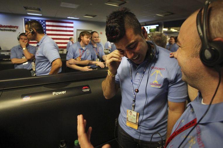 Een geëmotioneerde werknemer na de veilige landing van Curiosity op Mars. Beeld epa