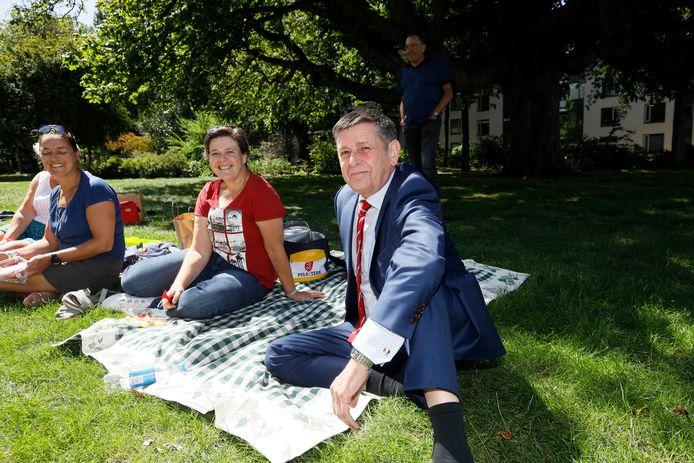 Marsleider Henny Sackers (rechts) bij wat picknickende wandelaars op een akelig lege Wedren.