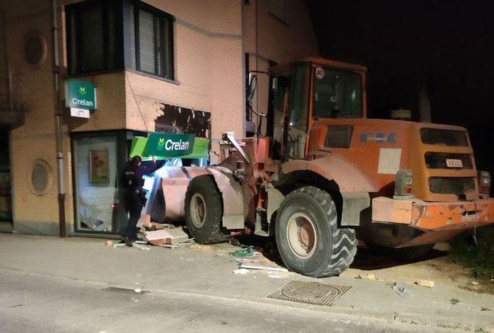 De boeven ramden de bank met een bulldozer.