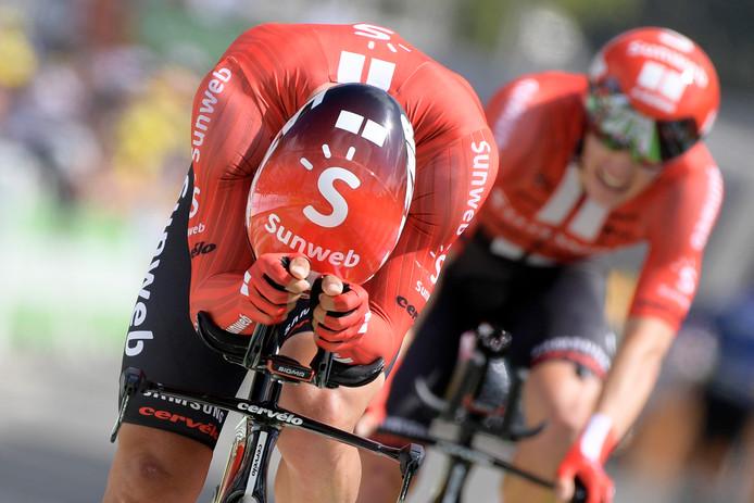 Michael Matthews, de Australiër die Tom Dumoulin vervangt als cover, geeft voor Sunweb alles in de ploegentijdrit.