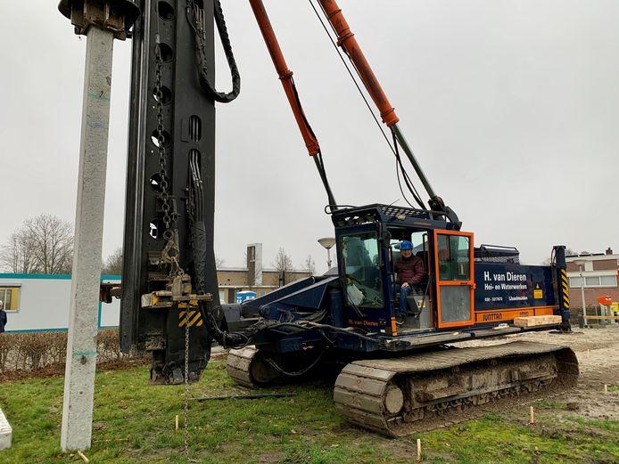 De eerste paal gaat de grond in de voor de nieuwbouw van 18 appartementen in Nagele