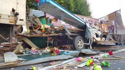 Truck botst op kermiskraam: weg bezaaid met plastic eendjes en speelgoed