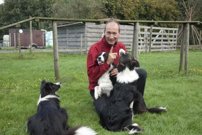 Henry Weesie van Hondenschool Heikant schreef een cursus 'honds' voor baasjes die hun hond beter willen leren kennen. foto Mark Neelemans