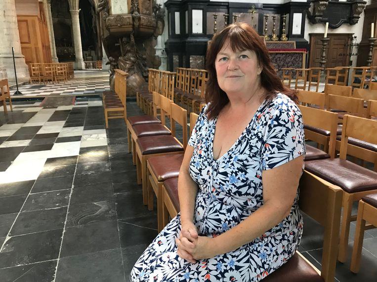 Chantal schuilt in de Sint-Martinuskerk.