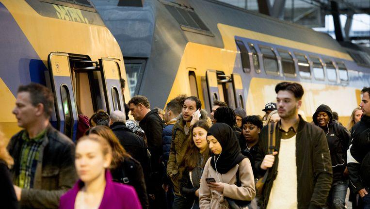 Reizigers stappen op de trein op Rotterdam Centraal. Beeld anp