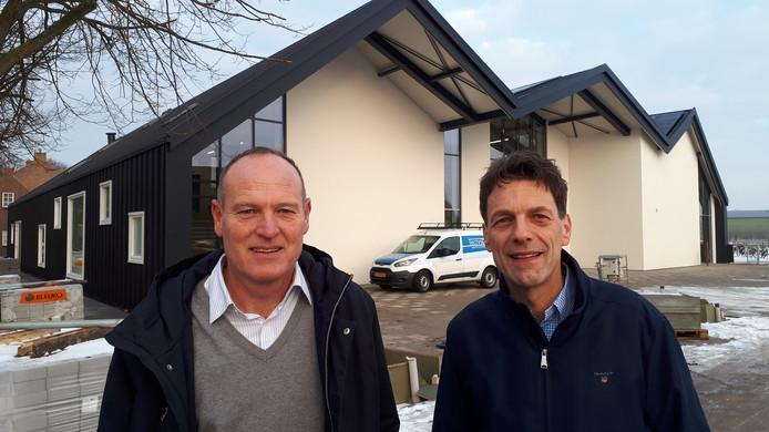 Chris Maas (PvdA/GL) en Pieter Wisse (CDA, rechts) vinden dat alle kernen van de gemeente Veere een dorpsvoorziening moet krijgen zoals De Schute in Biggekerke.