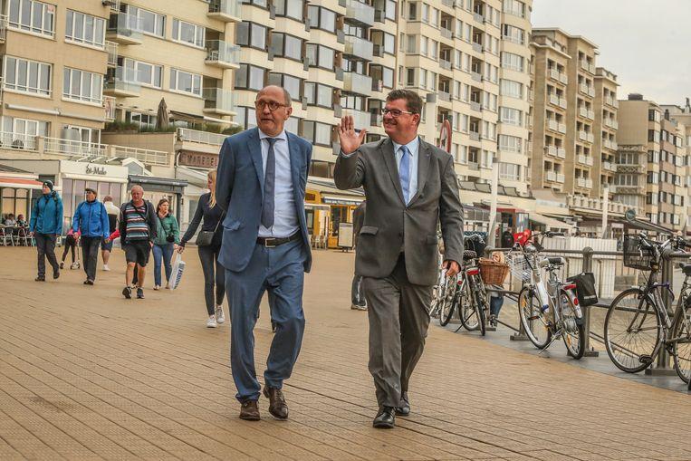 Johan Vande Lanotte (l., sp.a) en Bart Tommelein (Open Vld) op de dijk in Oostende. Wie van hen schopt het tot volgende burgemeester in de koningin der badsteden?