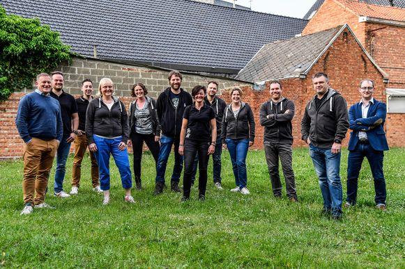 De leden van Lebbeke Bruist! bouwen de tuin van Galerij De Fontein tegen midden juni om tot Santéboetik.