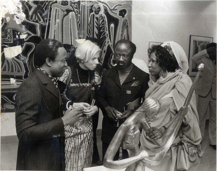 Kamala Ibrahim Ishag tijdens een tentoonstelling over Afrikaanse kunst in Londen, 1969. Beeld Prins Claus Fonds