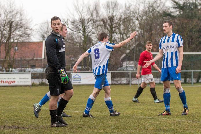 Wemeldinge (rode shirs) heeft een goal geincasseerd tegen 's-Heer Arendskerke. Na de degradatie uit de derde klasse moet de club op zoek naar een nieuwe trainer.