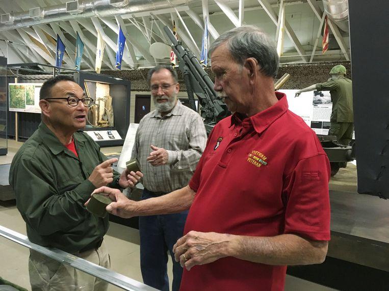Dallas Brown (rechts) praat met Tom Hara  van de 'Fort Campbell Historical Foundation. Tim Wintenburg (midden) luistert mee.