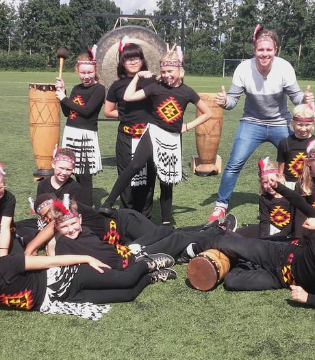 Leerlingen Andersenschool uit Woerden dansen de Haka op televisie