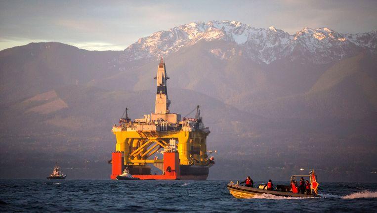 Een boorplatform van Shell, op weg naar de Noordelijke IJszee.