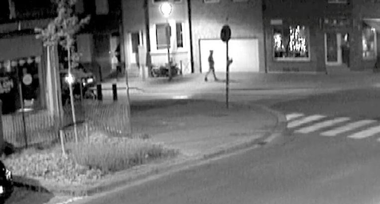 Op bewakingsbeelden is te zien hoe een man een minuut voor de explosie vanuit de Schijfwerpersstraat richting de Letterkundestraat stapt.