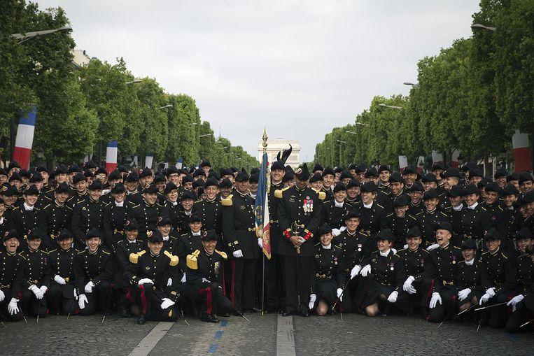 Studenten van de École Polytechnique bereiden zich op de Champs Élysées voor op deelname aan de jaarlijkse militaire parade tijdens de nationale feestdag, 14 juli. Beeld anp