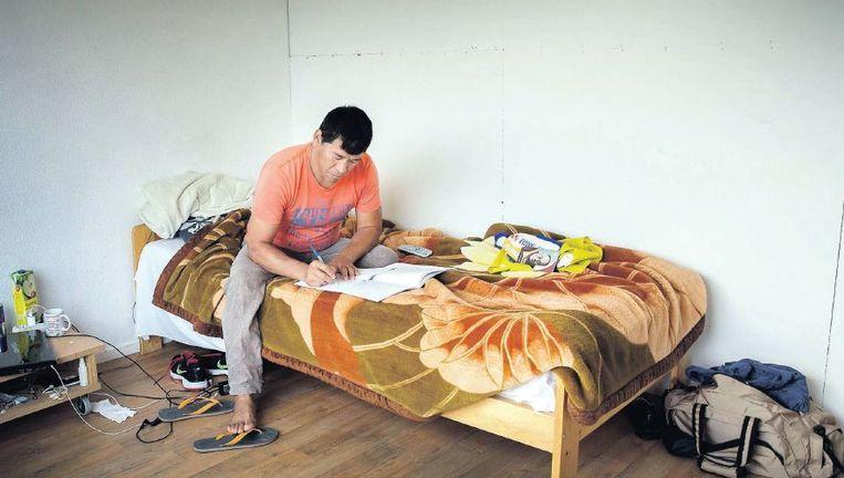 Een vluchteling in de Utrechtse noodopvang. De gemeente biedt afgewezen asielzoekers al jaren onderdak, ook al druist dat in tegen het kabinetsbeleid. Beeld Werry Crone