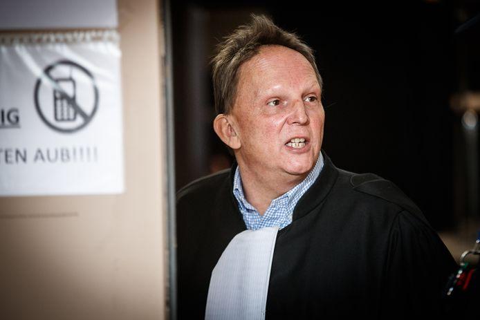 Johan Platteau, raadsheer van kamerlid Dries Van Langenhove, vindt dat het onderzoek naar zijn cliënt al te lang aansleept.