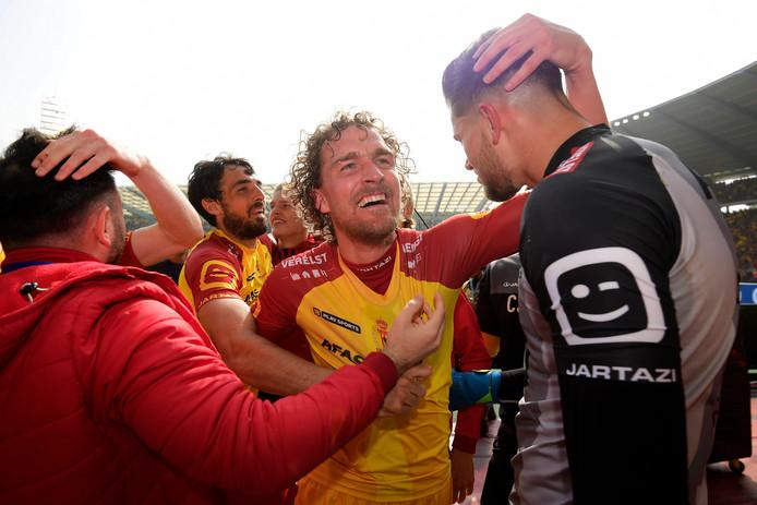 Arjan Swinkels viert feest met zijn ploeggenoten nadat ten koste van AA Gent de Belgische beker is veroverd.
