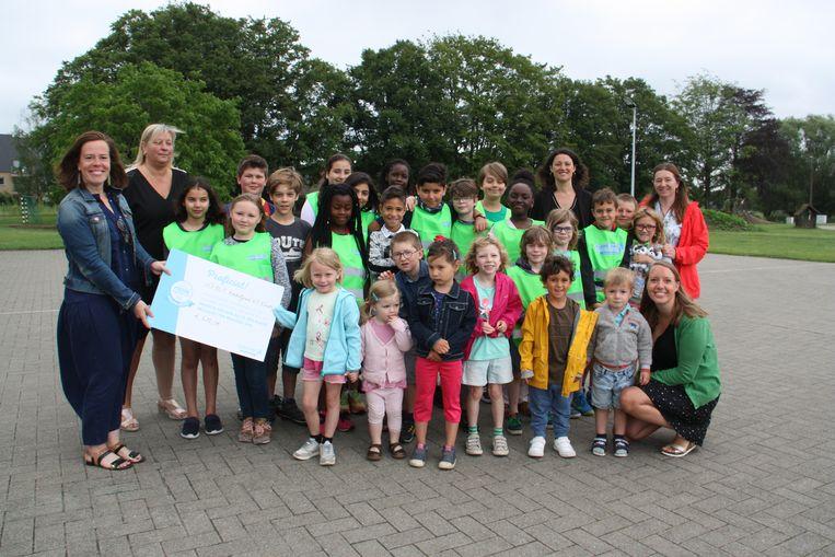 De leerlingen van basisschool Konkelgoed kregen een cheque van 618 euro van Mooimakers.