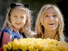 Wendy en Lizzy dopen gele tulp