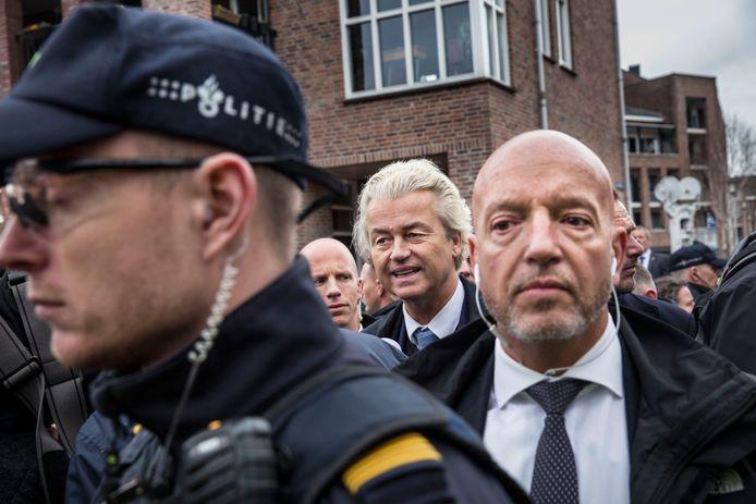 Geert Wilders  met een beveiliger van de DKDB, tijdens een bezoek aan de markt in Spijkenisse. De dienst kampt al langer met tekorten.