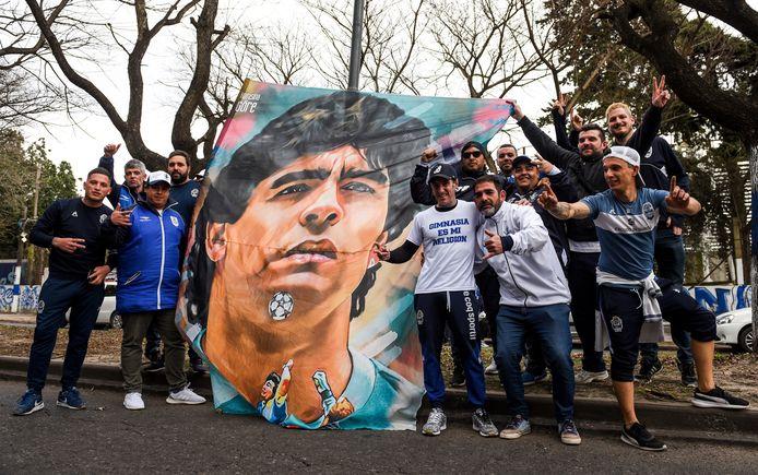 Fans van Gimnasia in afwachting van de presentatie van Diego Maradona.