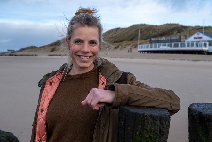 Jessica Vernooij-Nagel bij strandpaviljoen Piet Hein.