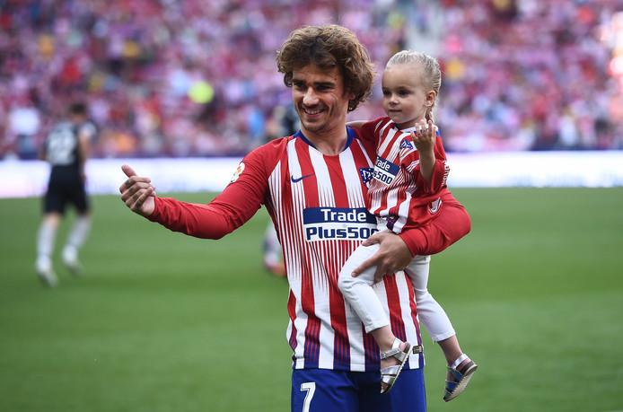 Antoine Griezmann met zijn dochter Mia.