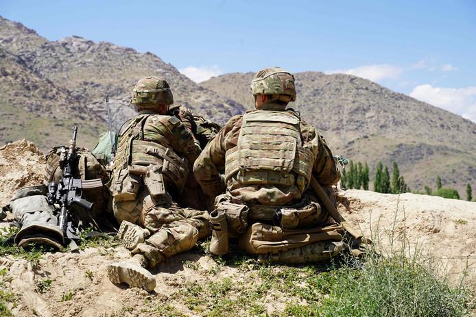 Amerikaanse soldaten op een bergrand houden gebied in de gaten tijdens een bezoek van Navo-generaal Scott Miller.