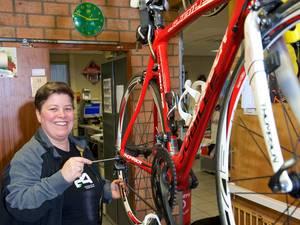 Sandra gaat fietsen voor gewonde buren