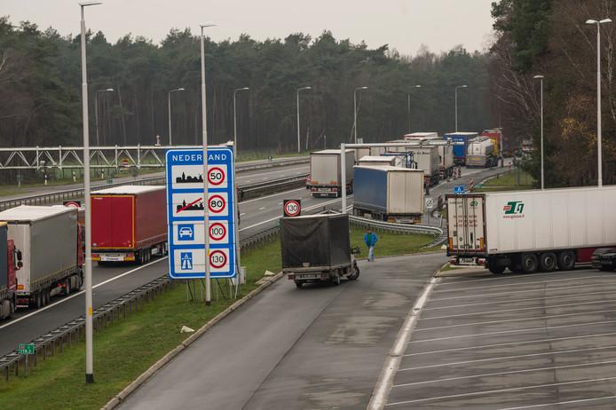 De verkeersopstopping bij De Poppe, waardoor een controle op illegaal vuurwerk door de Inspectie Leefomgeving en Transport in het water viel.