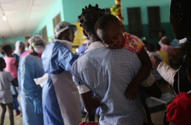 Mensen wachten op behandeling in een ziekenhuis in de Liberiaanse hoofdstad Monrovia.