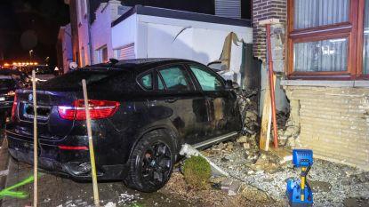 BMW SUV boort zich in huisgevel in Vreren
