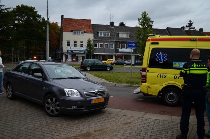 Een fietser is op de Johan de Witlaan in Arnhem op een auto gebotst.