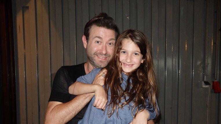 Goeroe Vuval Abramovitz en zijn dochter Shira, die tijdens de workshop keurig naast het podium zat te kleuren. Beeld Schuim