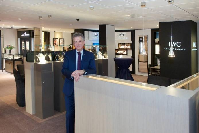 Eigenaar Hans Aalbers in zijn compleet vernieuwde juweliershuis. foto Marc Pluim