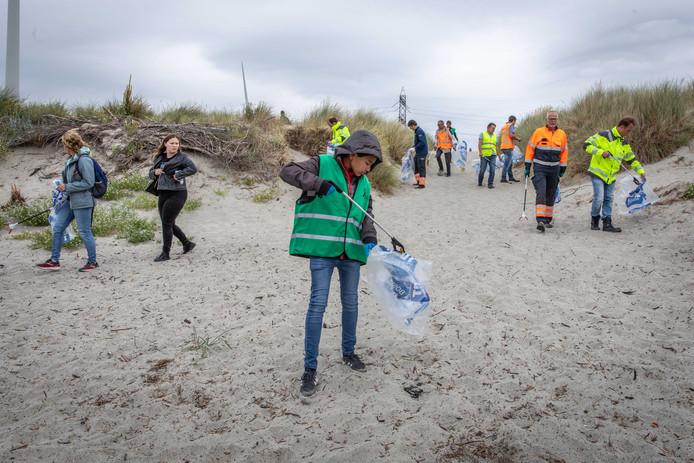 Daan Ambachtsheer (midden op de voorgrond) is het strand nog niet op of hij is al aan het opruimen.