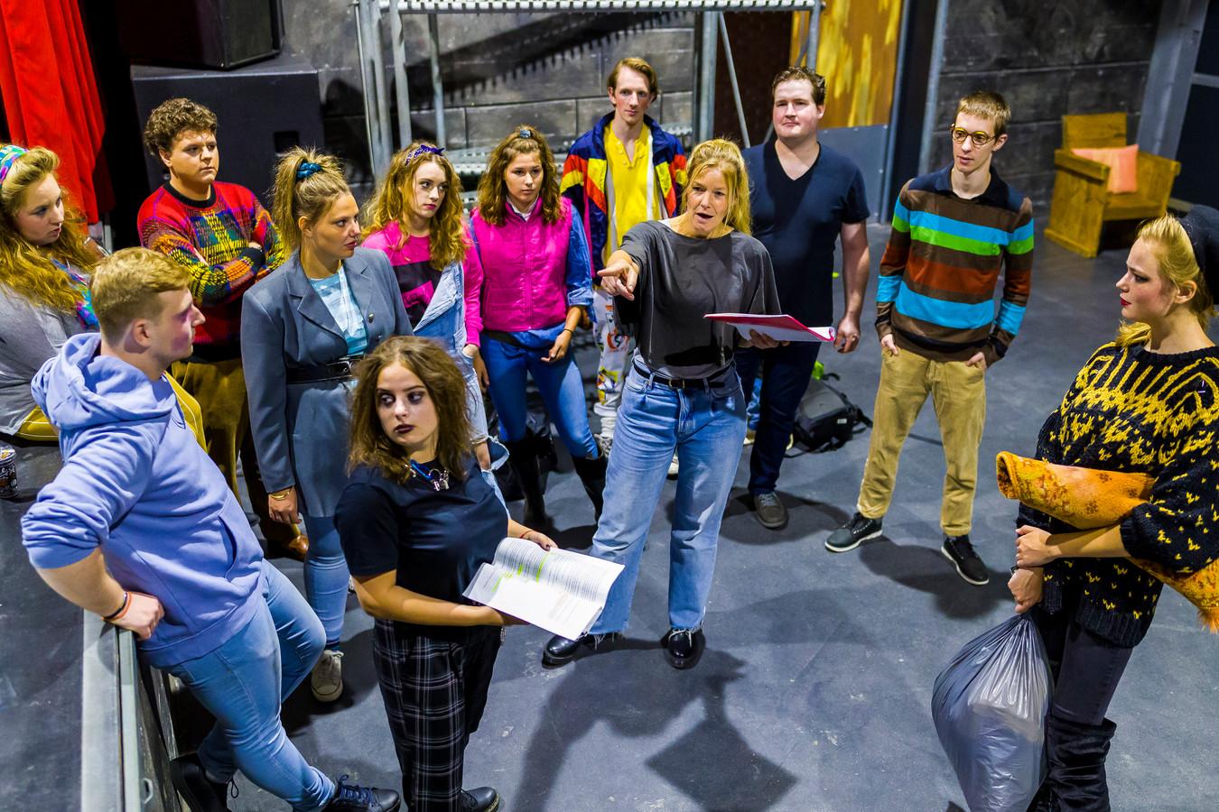 Wendy de Kok (wijzend) is met het Wenstheater bezig met de voorbereidingen op hun nieuwe uitvoering in De Tavenu in Waalwijk.