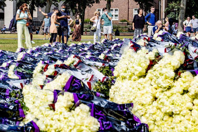 Demonstranten op het Museumplein tijdens de demonstratie Gerechtigheid voor Bas voor de omgekomen Bas van Wijk. De 24-jarige Bas uit Badhoevedorp werd zaterdag doodgeschoten bij de drukbezochte recreatieplas de Oeverlanden in Amsterdam.