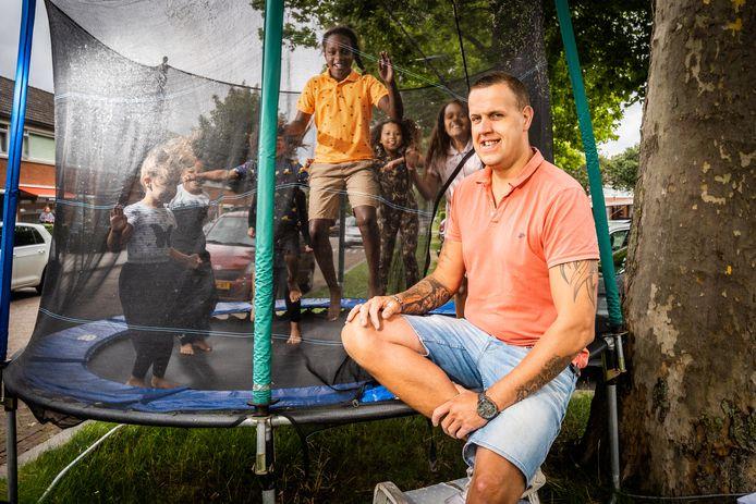 Ferdi Evers met kinderen uit de buurt bij de trampoline in de Arnhemse wijk Immerloo. Er kan nog een week of drie worden gesprongen en dan is het uit met de pret.