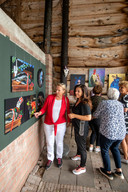 Kunstenaar Sabina Brons (tweede van links) temidden van enkele bezoekers van Kunstroute Valburg.